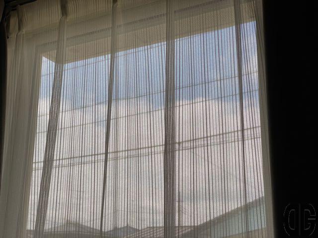窓から見える青空と雲