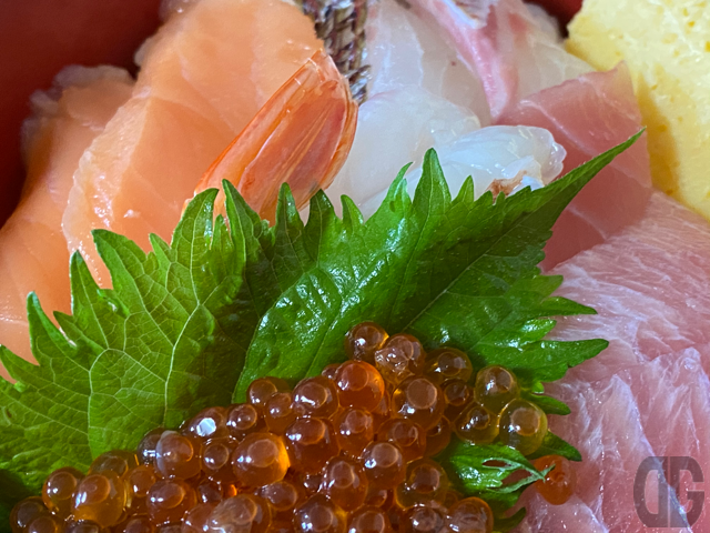 ボリュームたっぷりな海鮮5種(まぐろ、サーモン、真鯛、赤えび、いくら)が載ってる