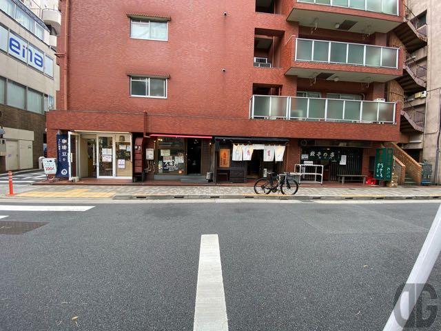 左から青海珈琲 飯田橋店、大勝軒 飯田橋店、ラーメン青葉、餃子の店 おけ以